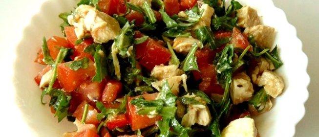 Салат с курицей и помидорами и зелень с чесноком