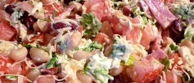 Салат с копченой колбасой и фасолью