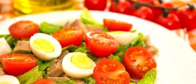 Салат с мясом и помидором и сыром